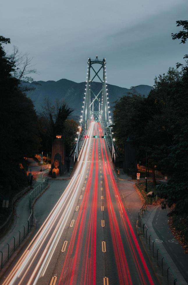 pont la nuit en longue exposition photo