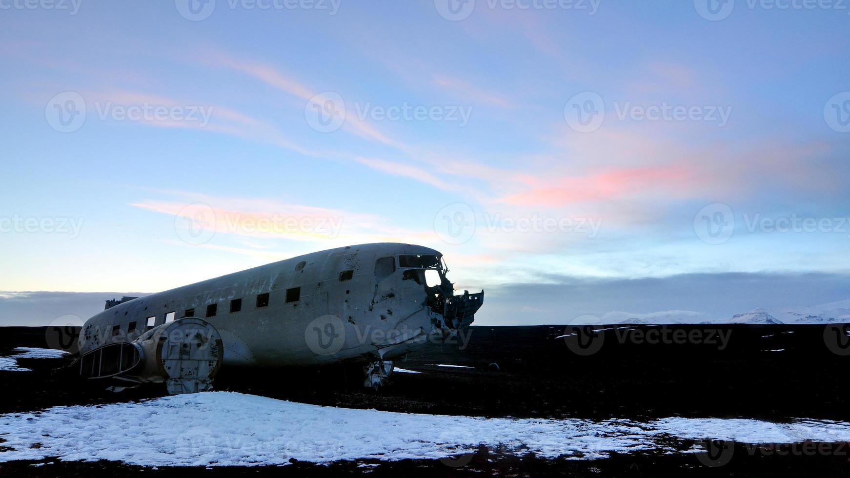 avion abandonné au crépuscule photo