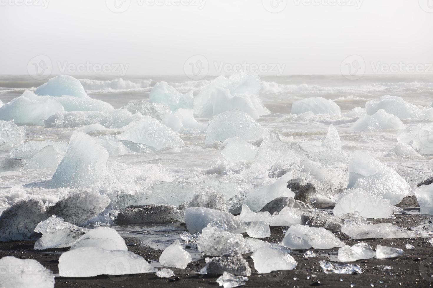 blocs de glace sur la plage photo