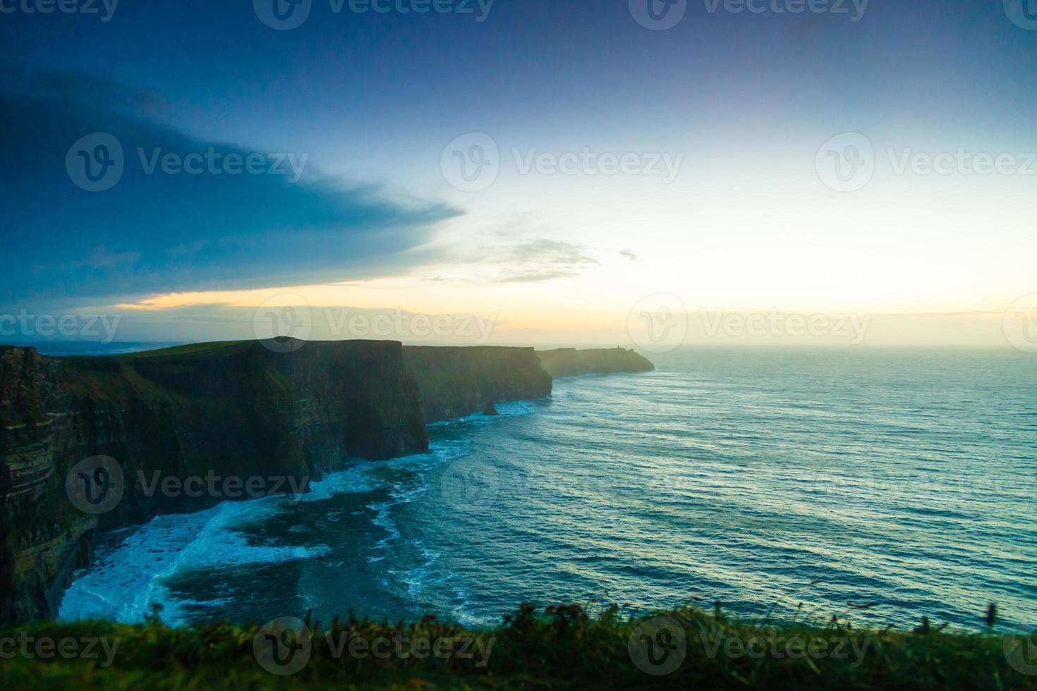 falaises de moher au coucher du soleil en co. clare irlande europe. photo