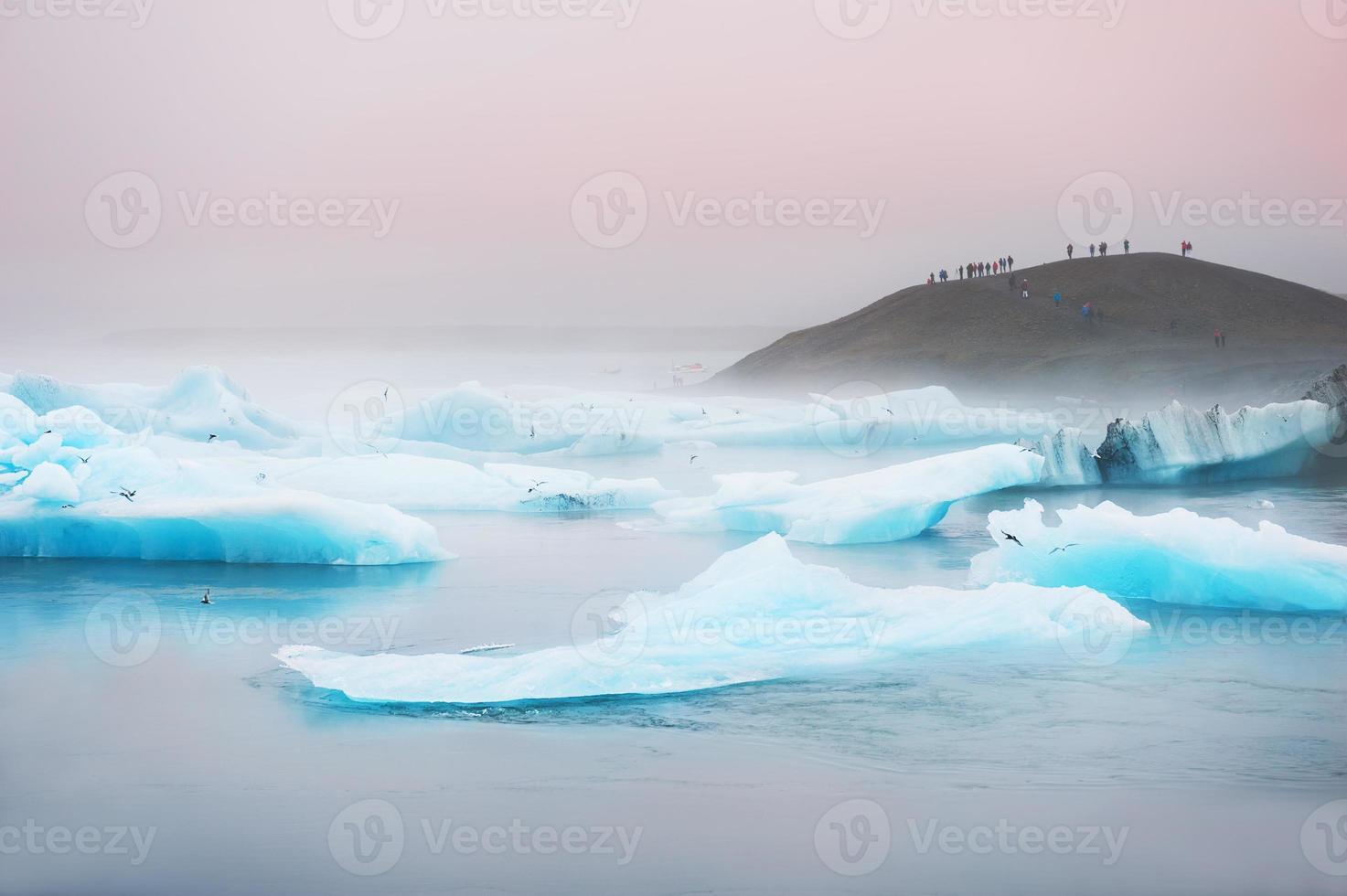icebergs bleus dans la lagune glaciaire de jokulsarlon. photo