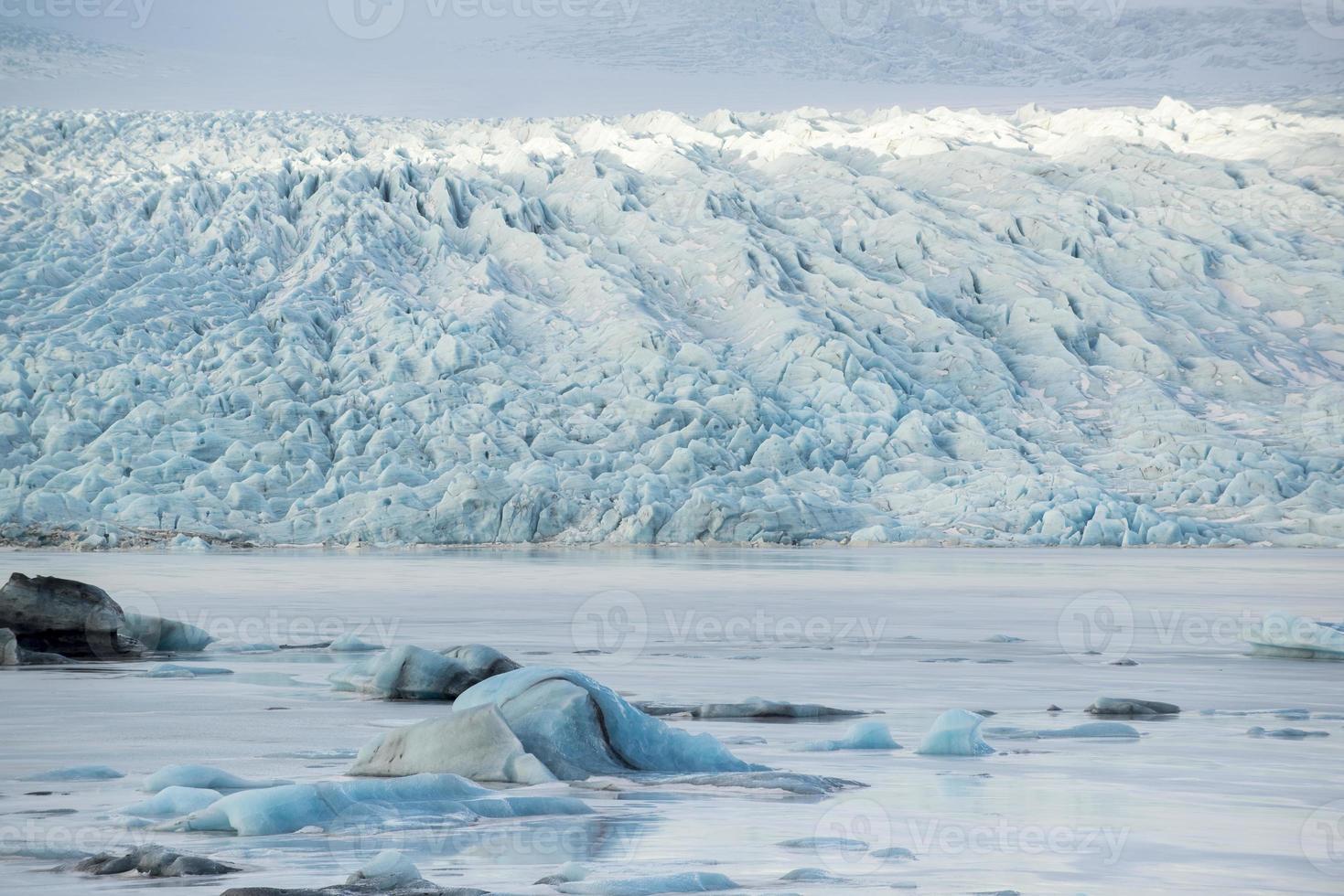 Icebergs au lac glaciaire et montagnes, Fjallsarlon, Islande photo