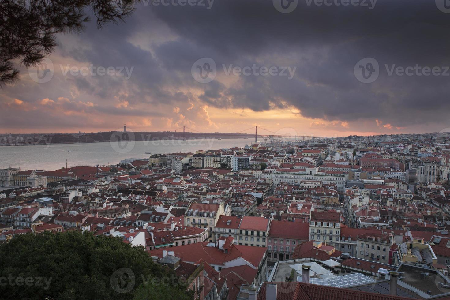 ville de Lisbonne au coucher du soleil d'en haut photo