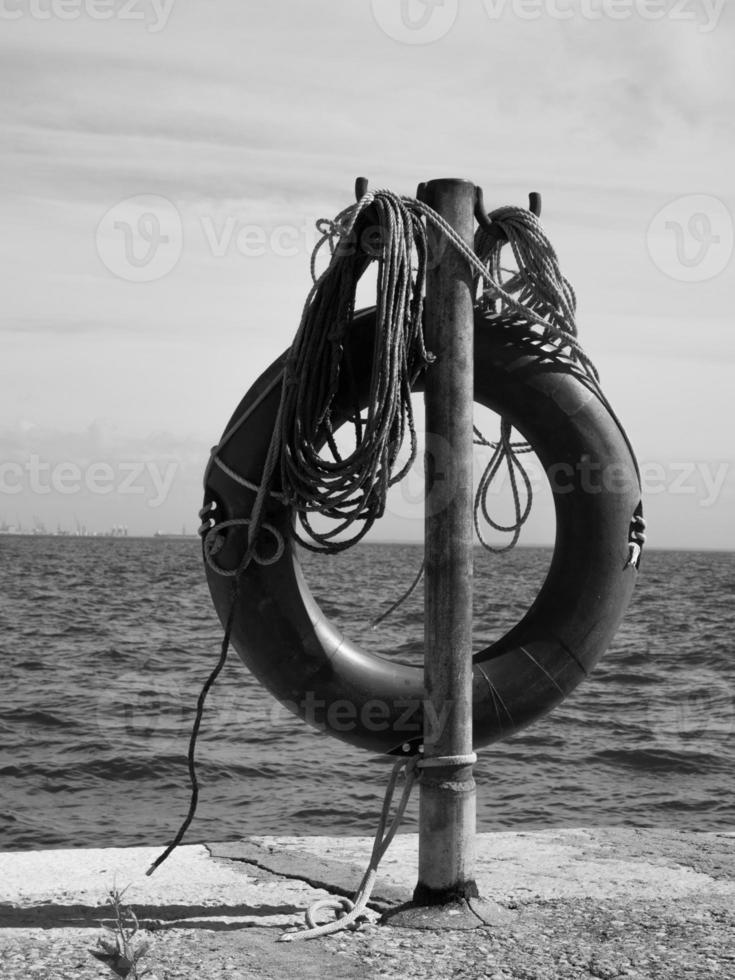 gilet de sauvetage en noir et blanc photo