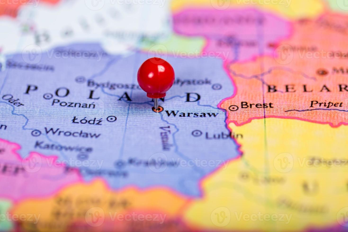 Punaise rouge sur la carte de la Pologne photo