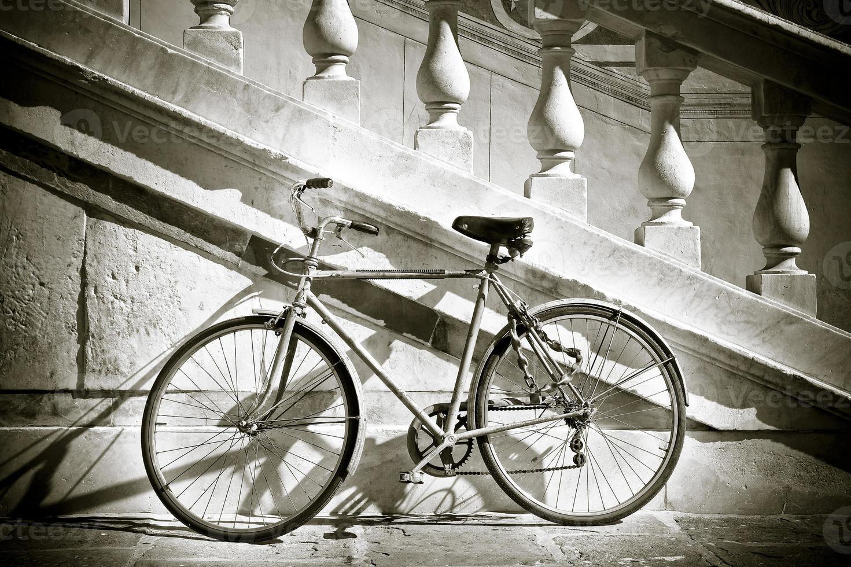 Vieux vélo contre un mur de marbre photo