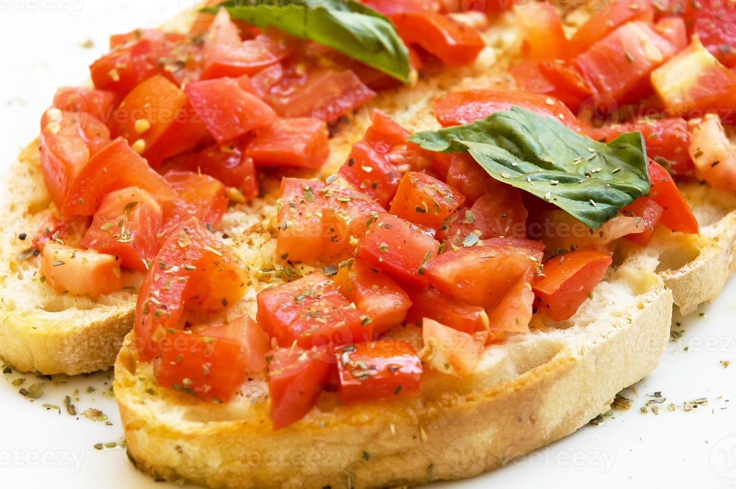 bruschetta aux tomates fraîches et basilic sur toast photo