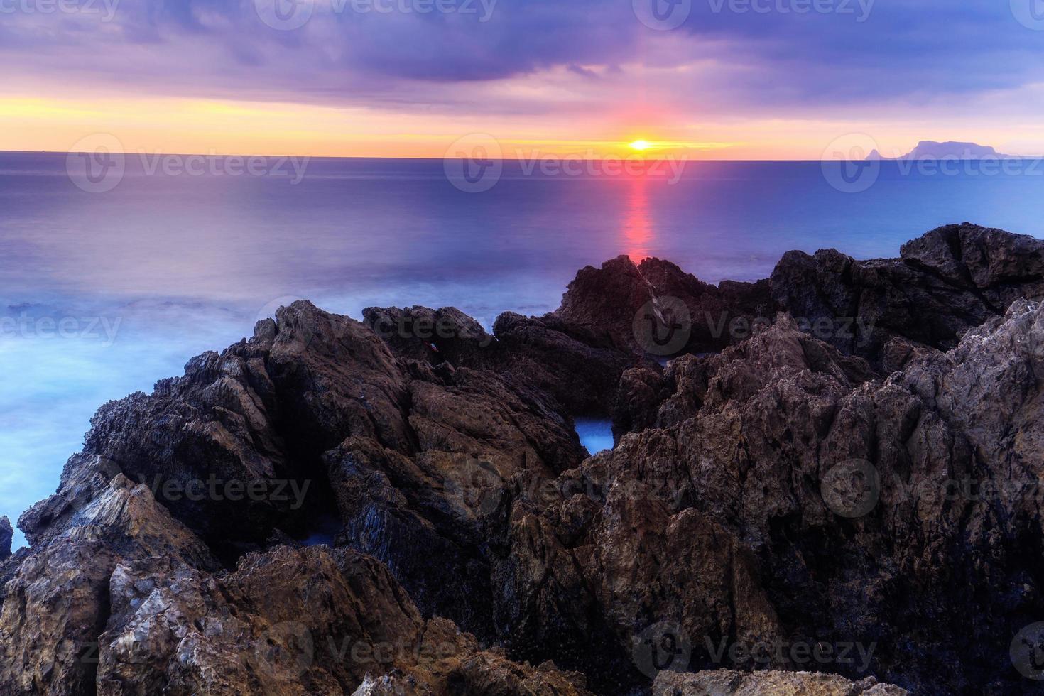 lever du soleil sur la côte photo