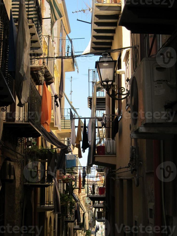 passage étroit dans la ville de palerme, sicile photo