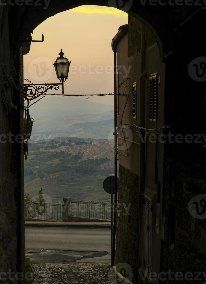 rues d'un petit village au coucher du soleil photo