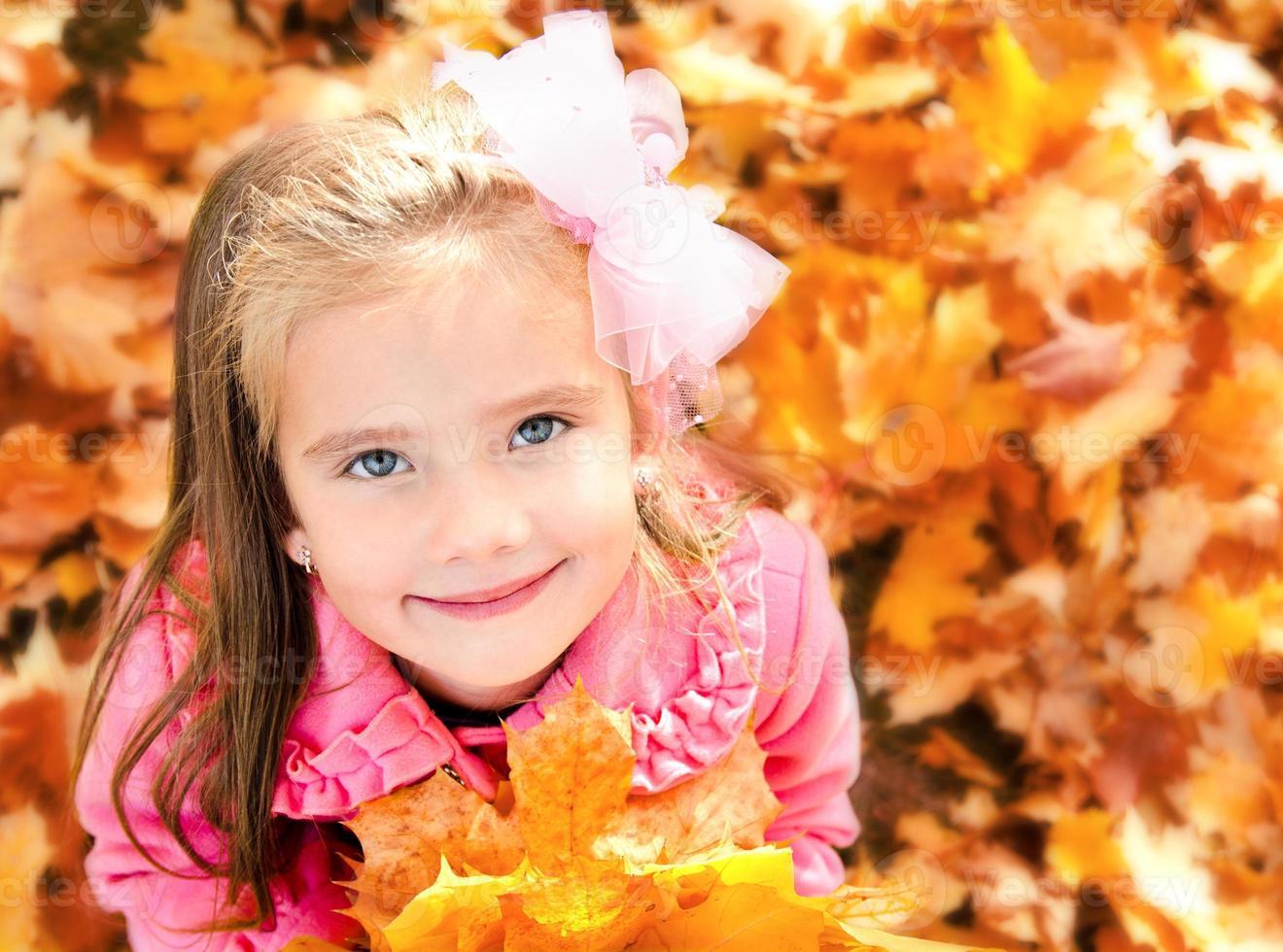 portrait d'automne de l'adorable petite fille photo