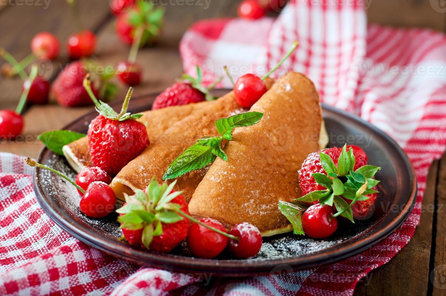 crêpes aux fruits rouges et sirop dans un style rustique photo