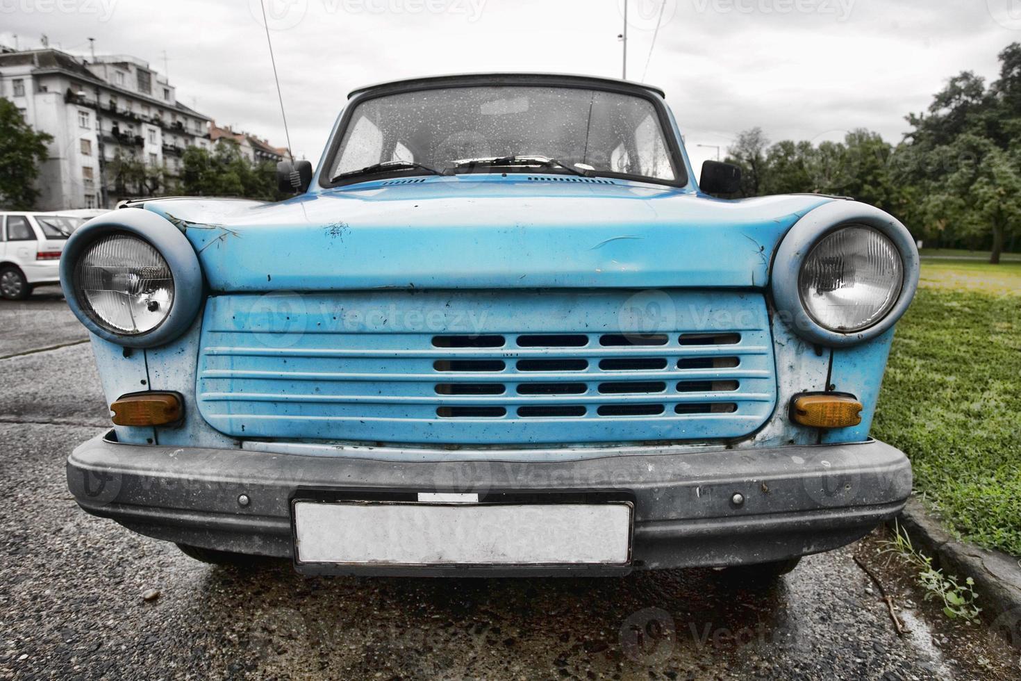 Petite voiture bleue à budapest photo