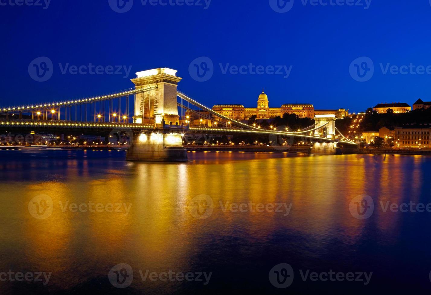 Budapest la nuit. pont des chaînes, palais royal et danube photo