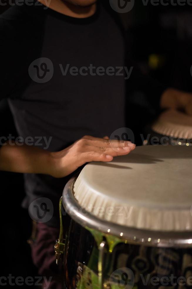 percussionniste claque la main sur le conga photo