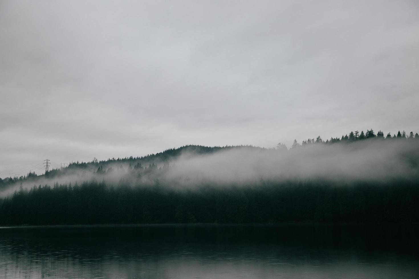 plan d'eau sous un ciel brumeux blanc photo