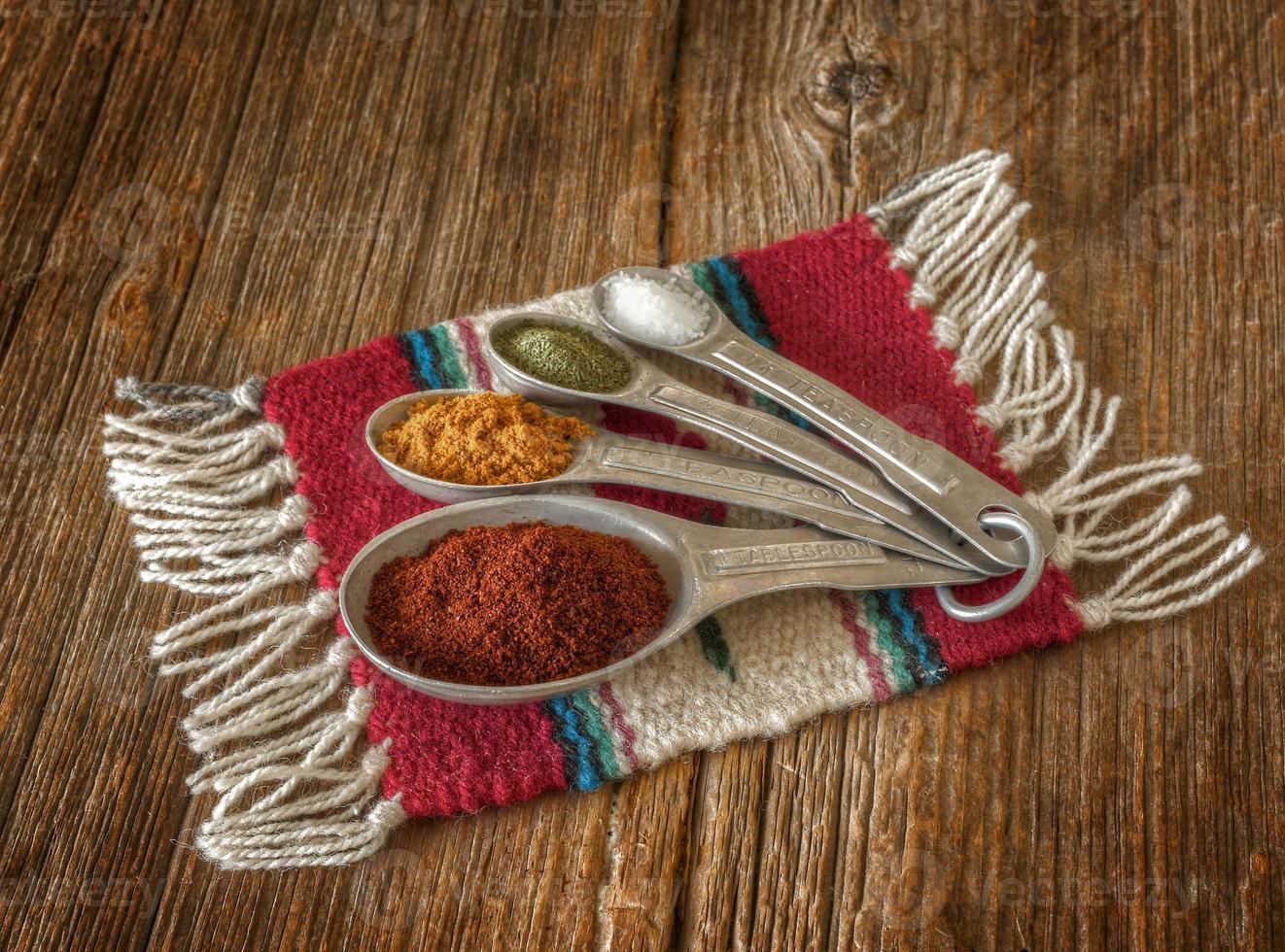 sélection d'épices colorées sur une vieille caisse en bois usée. photo