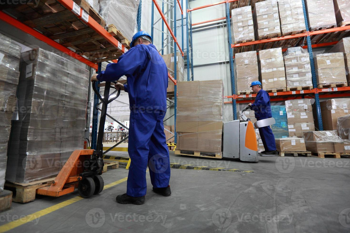 deux travailleurs travaillant dans l'entrepôt photo