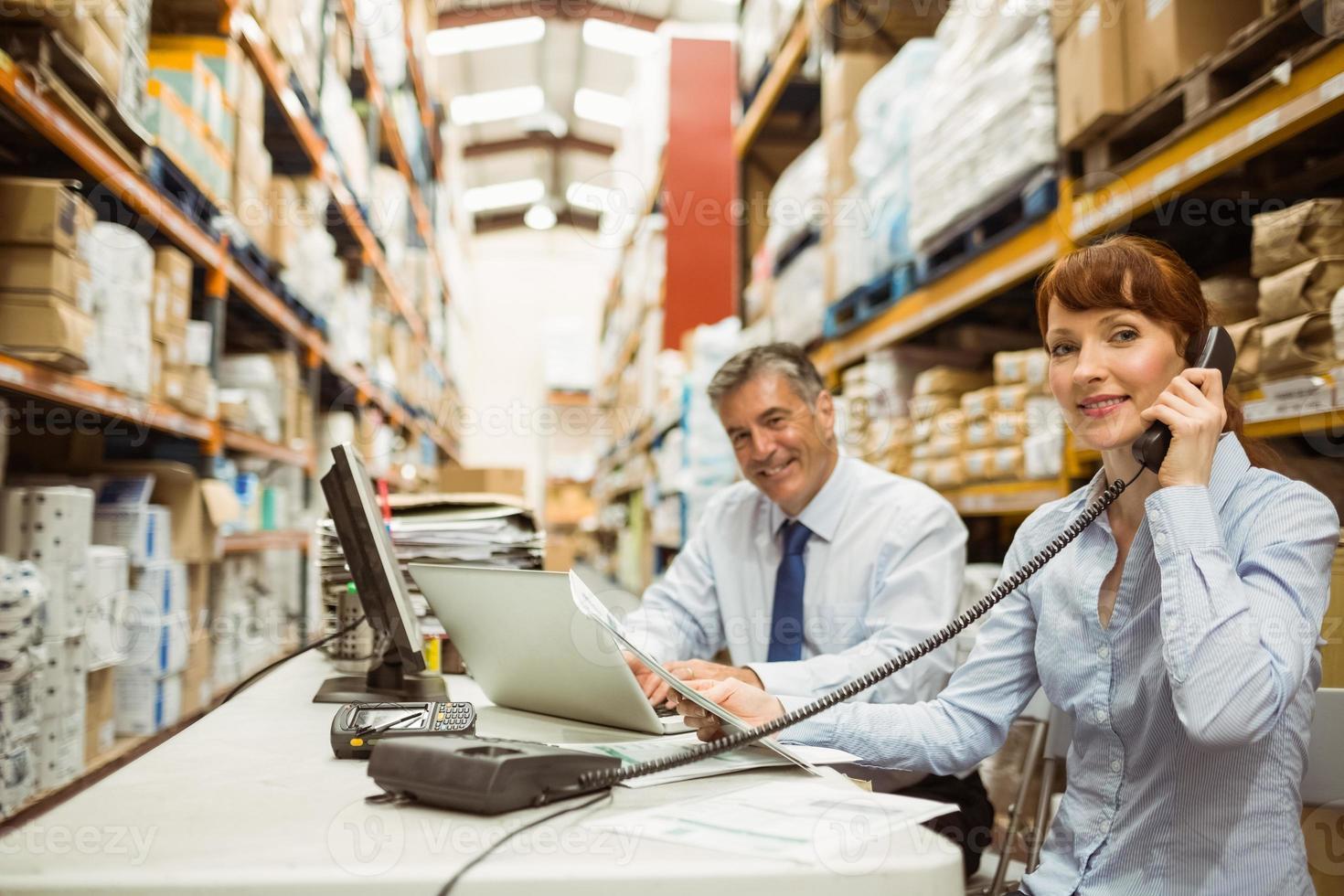 gestionnaire travaillant avec un ordinateur portable et parlant au téléphone photo