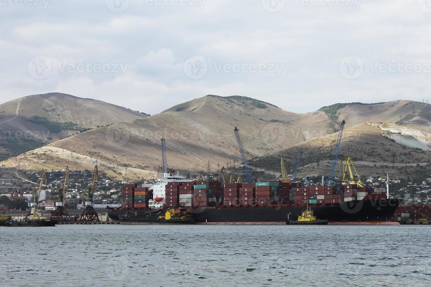 cargo maritime sur fond de montagnes photo