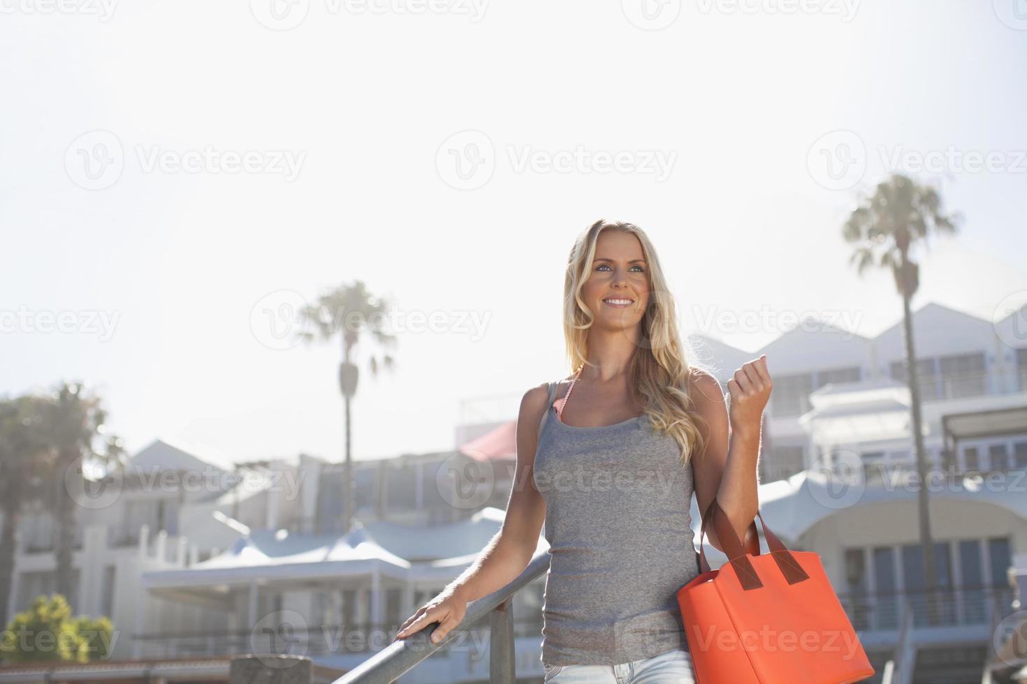 femme souriante, porter, sac à main, étapes photo