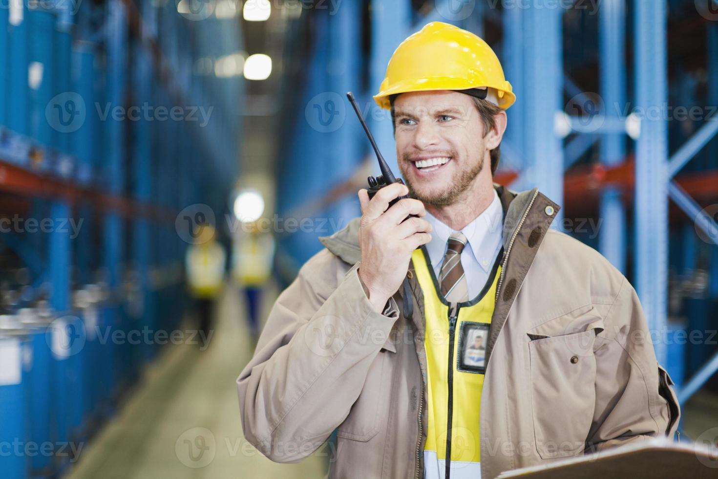 travailleur à l'aide de talkie-walkie dans l'entrepôt photo