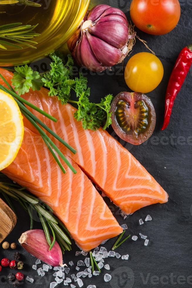 portion de saumon frais aux épices, herbes et légumes photo