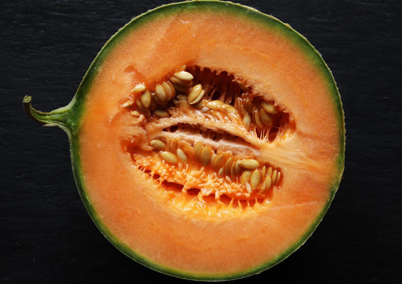 melon melon isolé sur ardoise photo