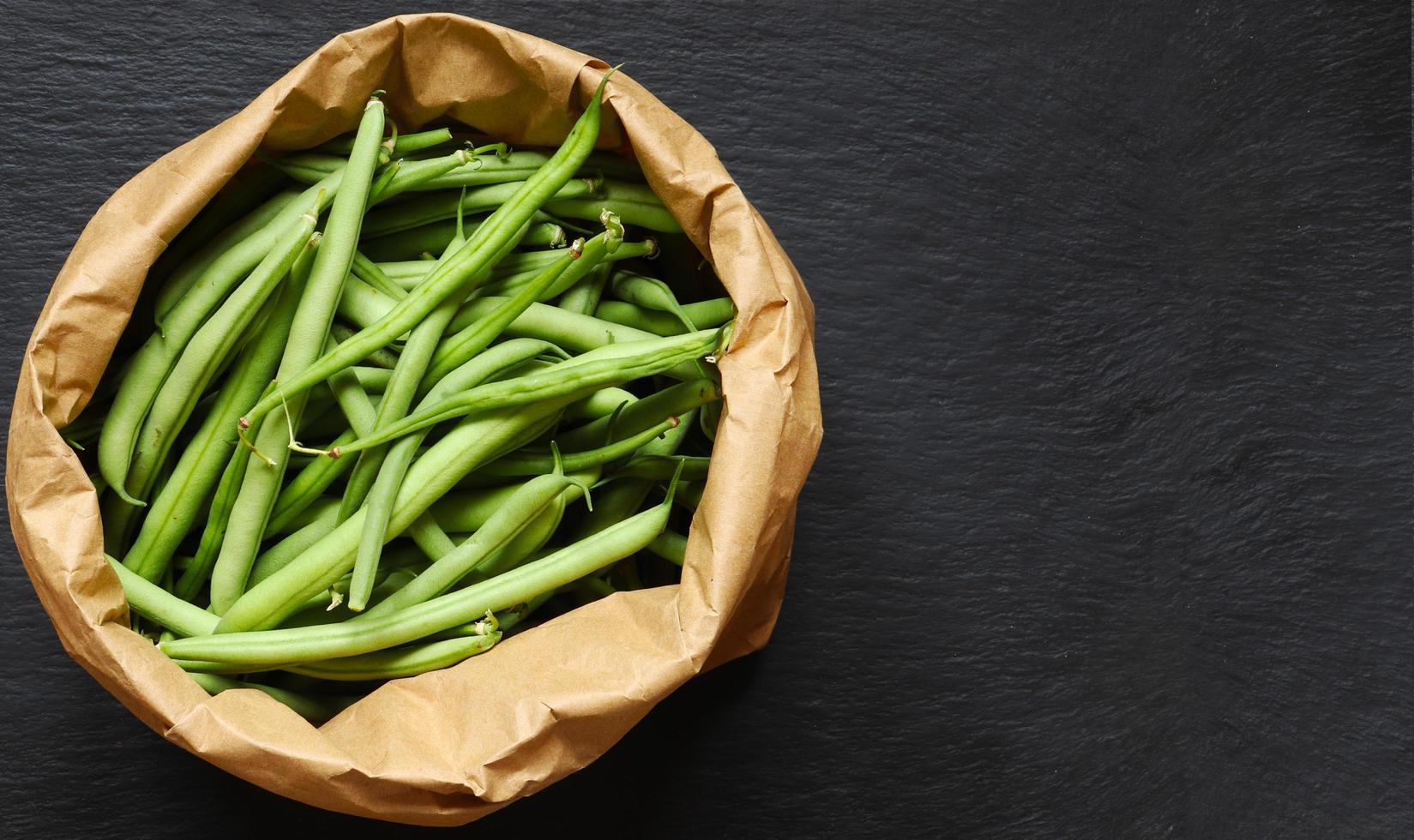 haricots verts dans un sac en papier brun photo