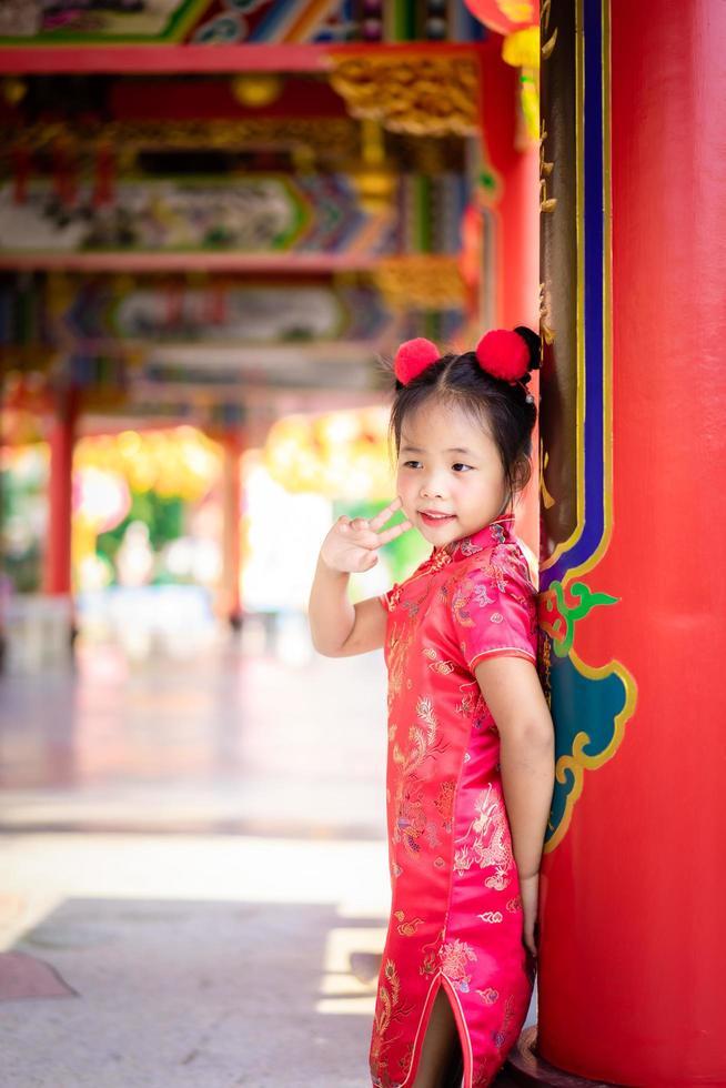 mignonne petite fille asiatique en costume traditionnel chinois. photo