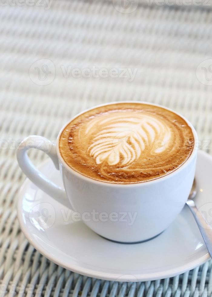 café sur table blanche au café photo