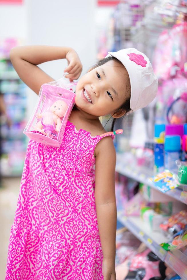 petite fille avec une poupée dans le centre commercial photo