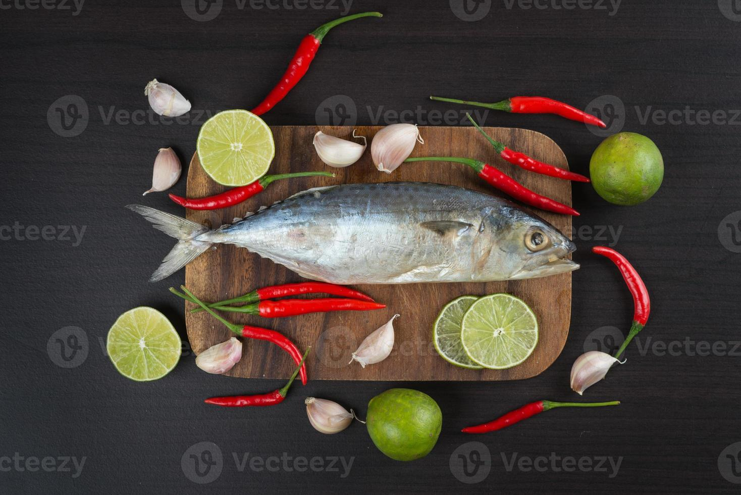 poisson maquereau salé cru aux légumes photo