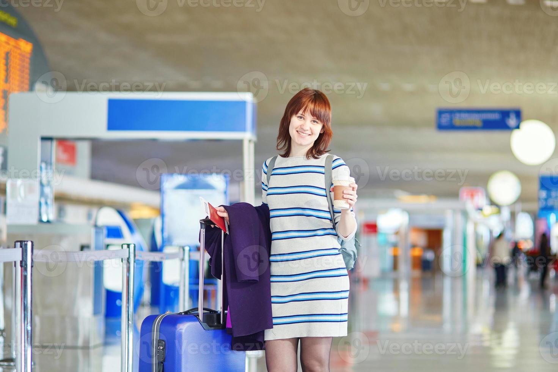belle jeune passagère à l'aéroport photo