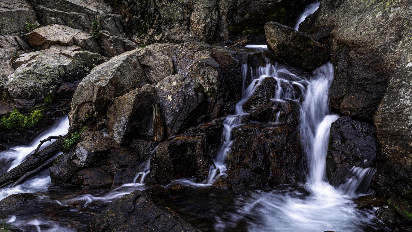 Cascade dans le ruisseau glacé loch vale photo