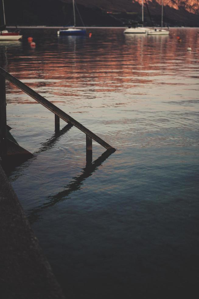 quai avec des bateaux en arrière-plan photo