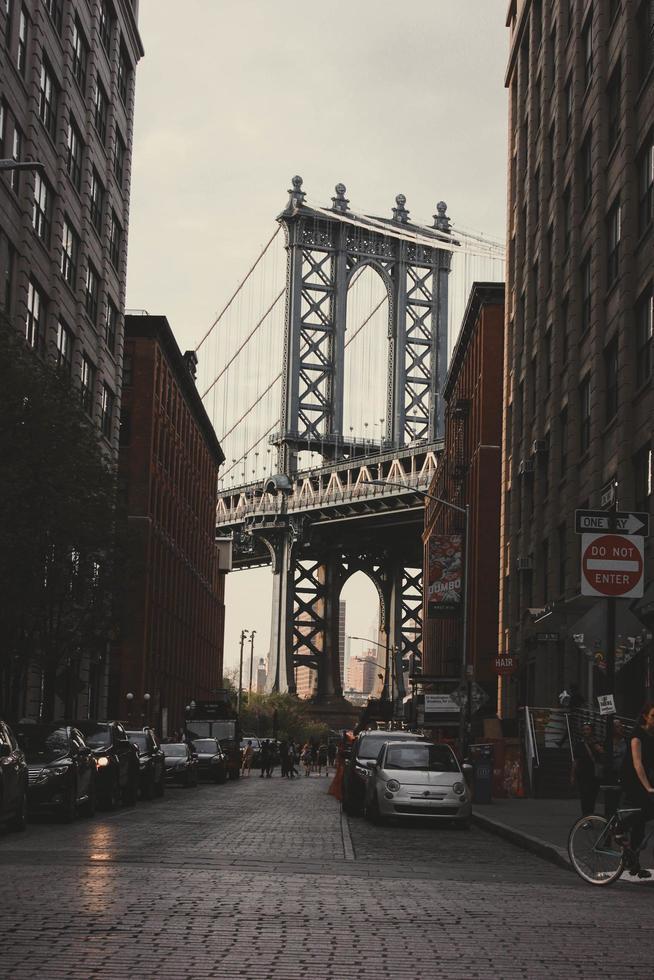 New York City, 2020 - véhicules garés près du pont photo