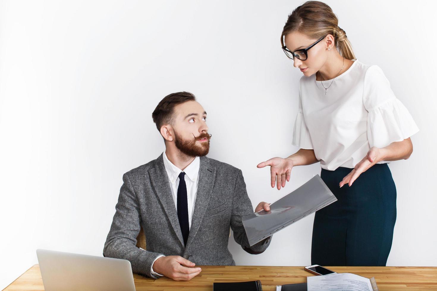 hommes et femmes d'affaires conversent sur 24 sur fond blanc photo
