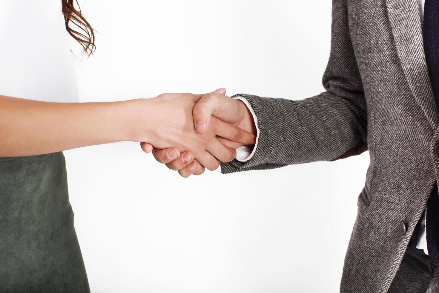 homme et femme en costume de bureau se serrent la main photo