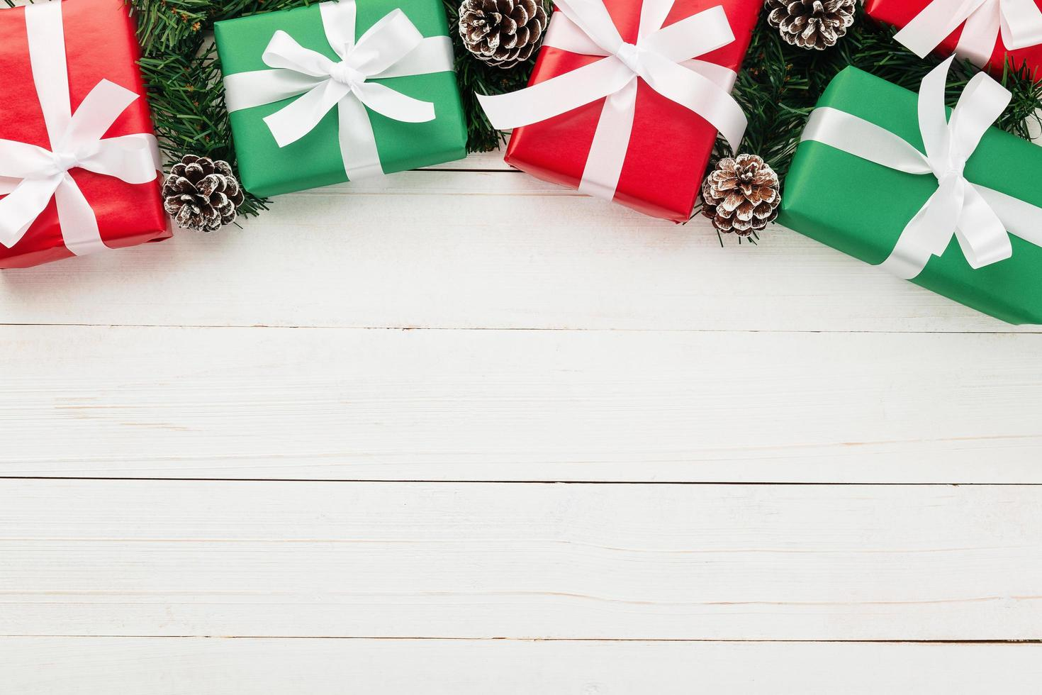 Mise à plat de cadeaux de Noël sur fond de bois blanc photo