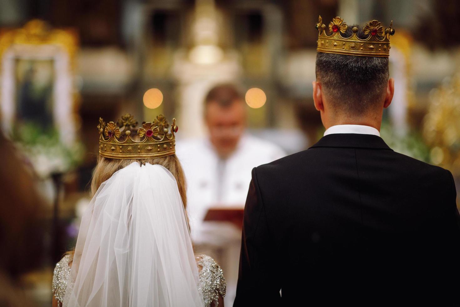 Europe, 2018 - couple se marie à l'intérieur d'une église catholique. photo