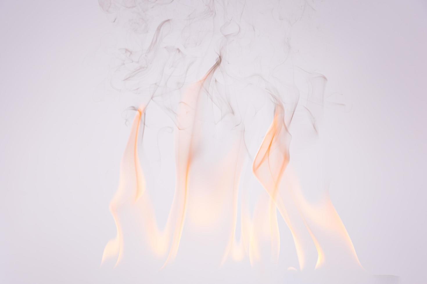 feu et fumée sur fond blanc photo