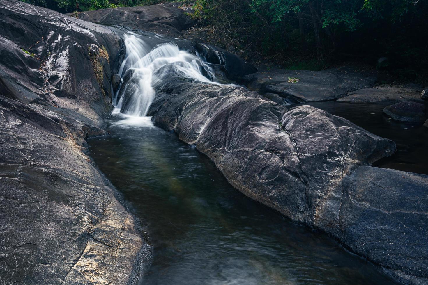 Cascade de Khlong Pla Kang en Thaïlande photo