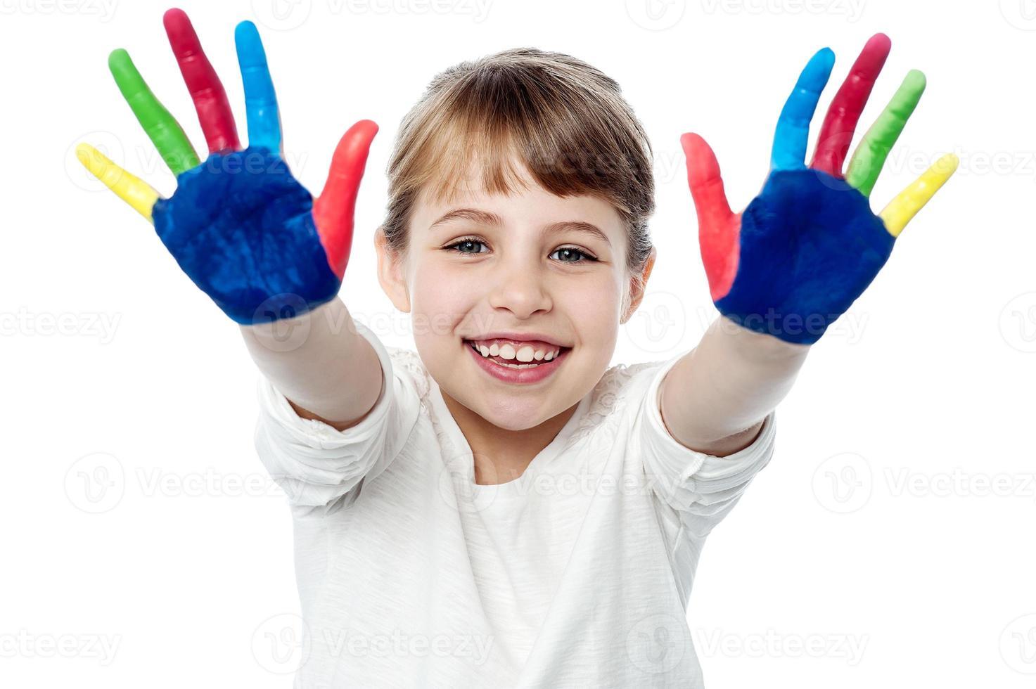enfants souriants heureux jouant avec de la peinture photo