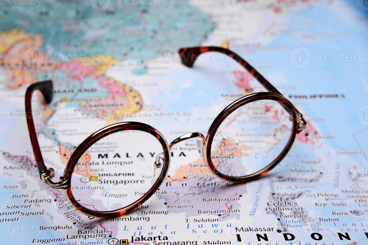 lunettes sur une carte de l'asie - singapour photo