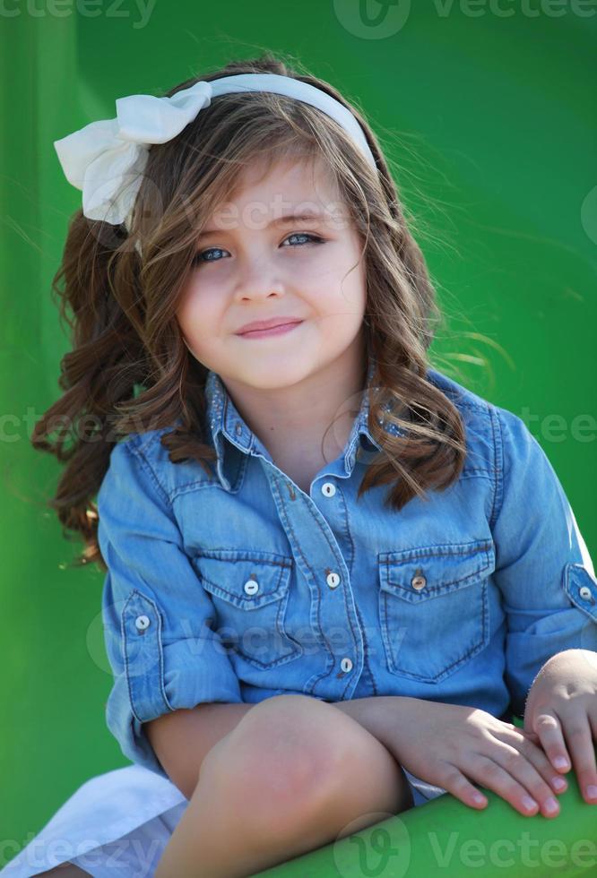 petite fille souriante à la caméra photo