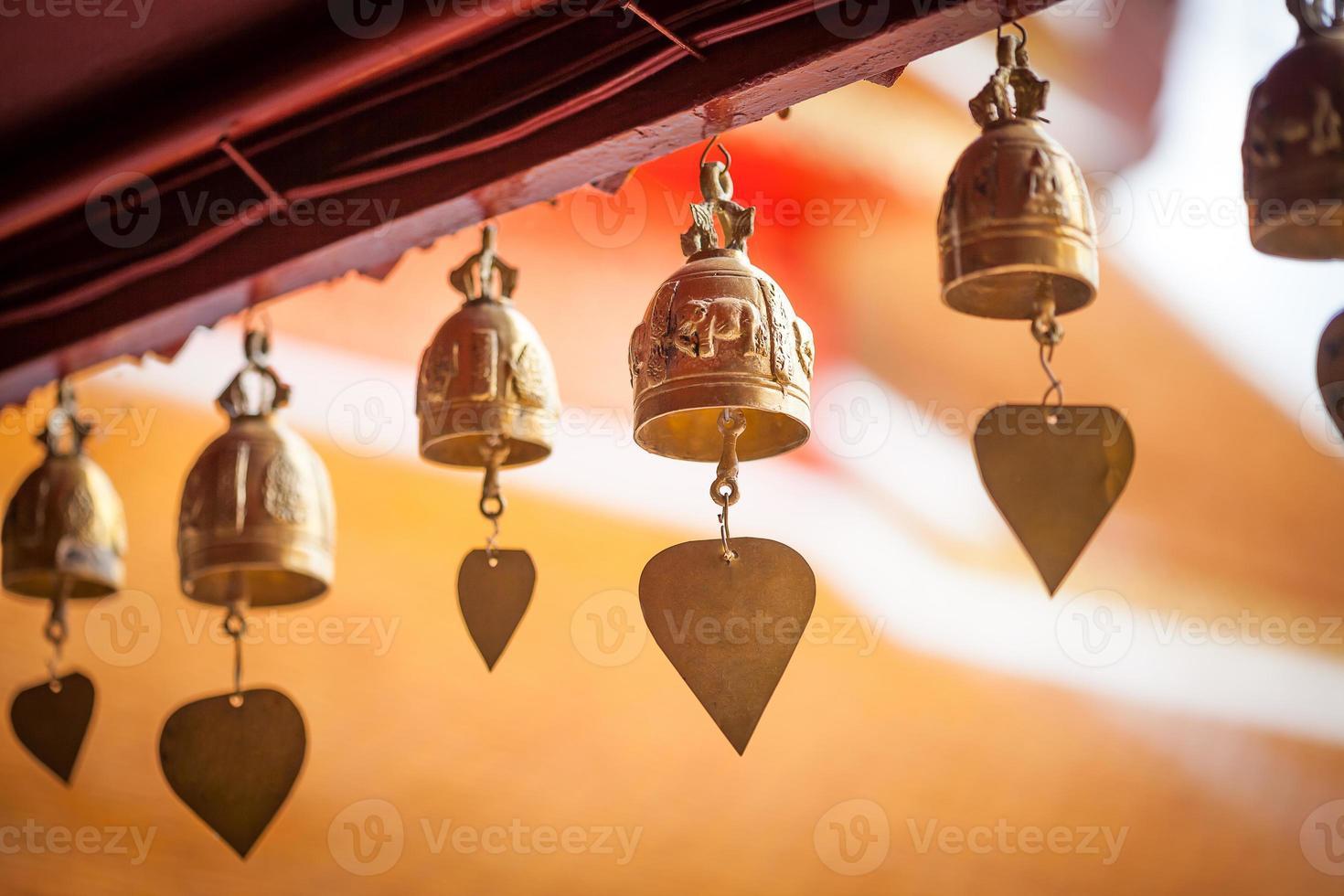 petite cloche suspendue sous le toit du temple photo