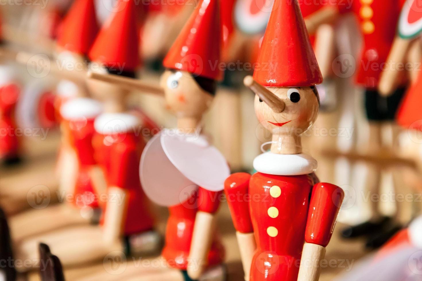 jouet pinocchio traditionnel en bois. photo
