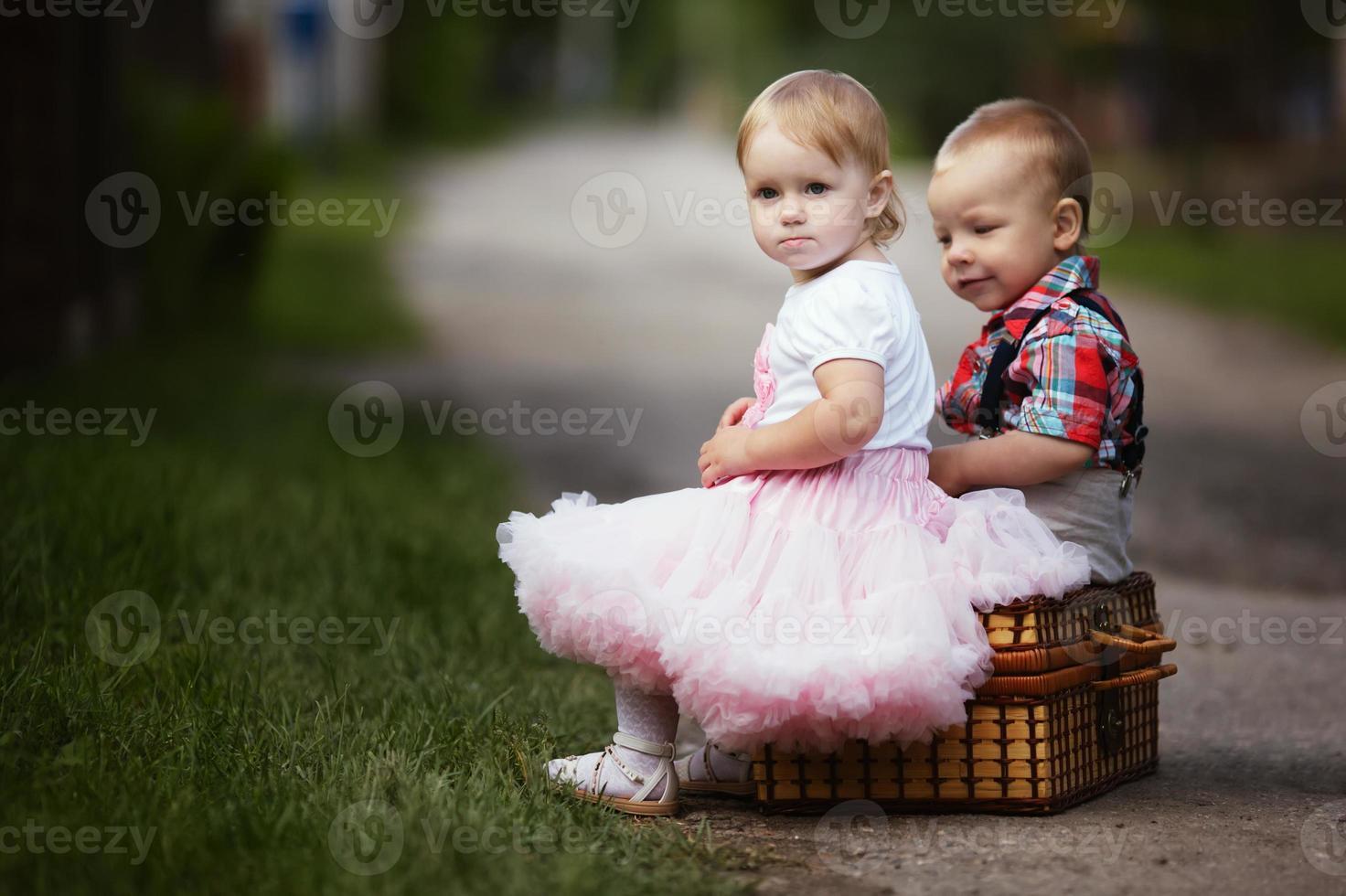 petit garçon et fille avec valise photo