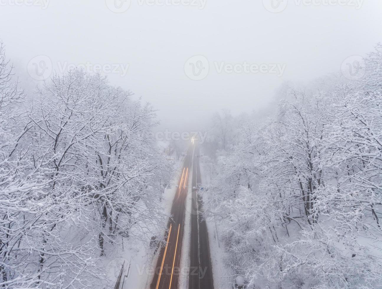 tempête de neige, routes glissantes et beaucoup de trafic dans la ville du soir photo